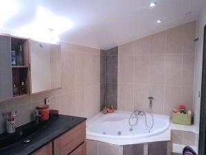 good affordable salle bain avec baignoire angle with cloison hydrofuge salle de bain with. Black Bedroom Furniture Sets. Home Design Ideas